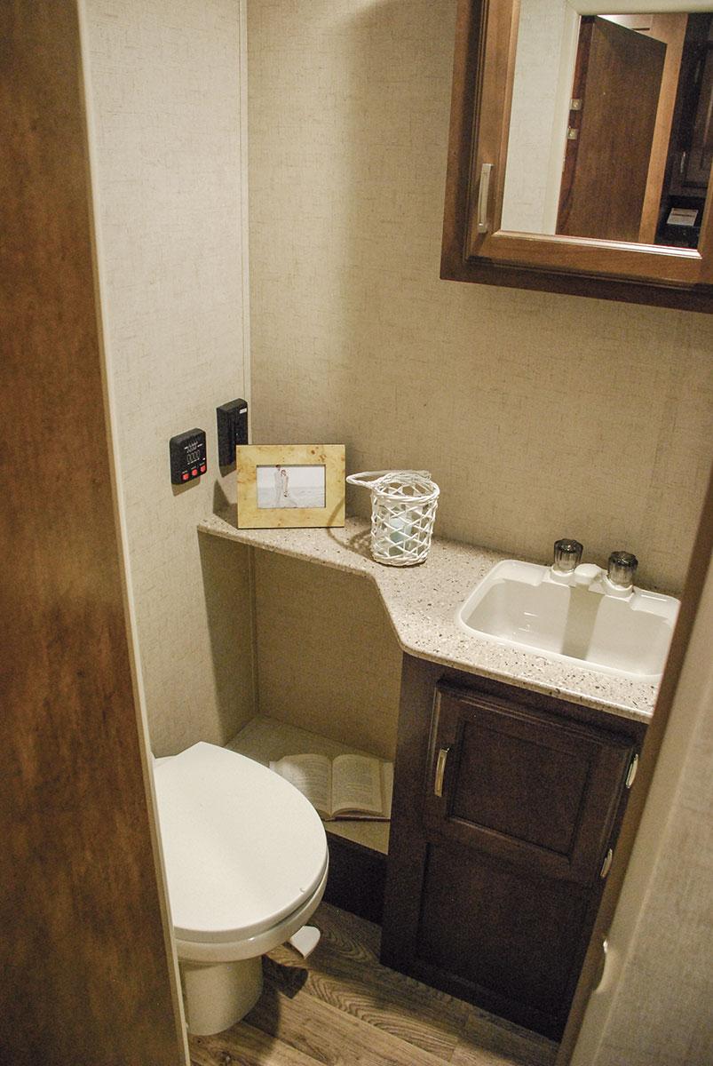 Merveilleux ... 2017 Venture RV Sonic Lite SL169VBH Travel Trailer Bathroom ...